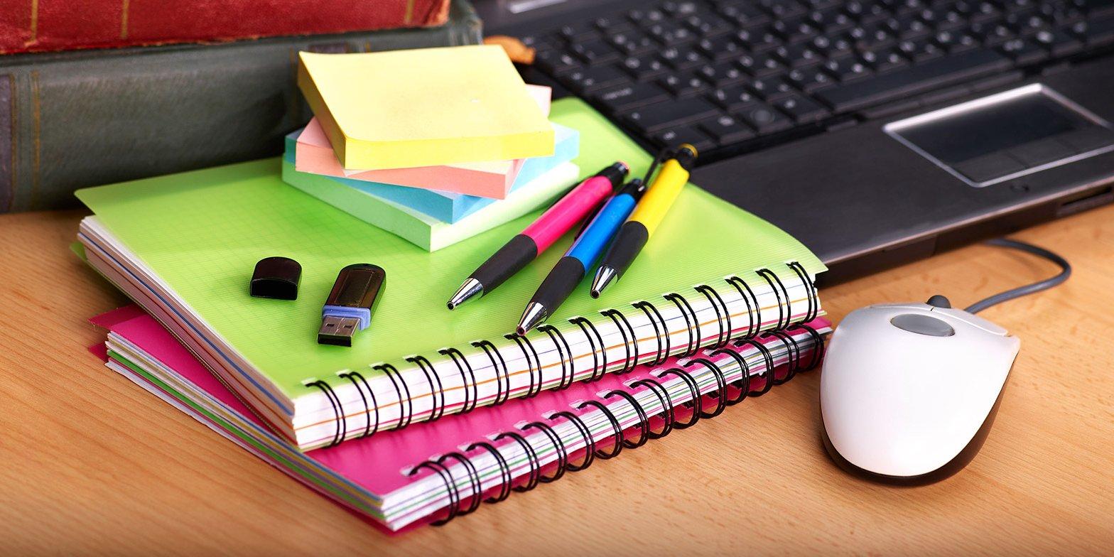 Уроки идут с 09:00 до 14:00, есть трансляции, чаты с учителями и дополнительные занятия.